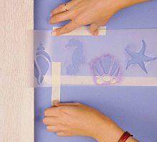 paso-1-mide-la-altura-a-la-que-iran-los-nombres-en-la-pared-y-coloca-dos-tiras-de-cinta-de-pintor-para-marcar-el-espacio_ampliacion